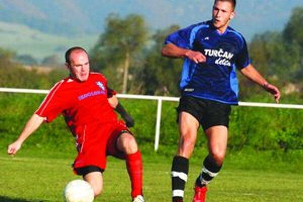 Peter Mucha (v pravo) v drese Koštian strelil v jesennej časti pätnásť gólov. V I. triede v novom ročníku nikto nedal viac.