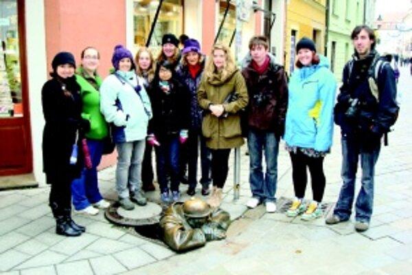 V Bratislave. Zľava Irina, Emma F., Anna, Amy, Joyti, Roxana, koordinátor projektu Mária Kubišová, Hannah, Emma H., Alex.
