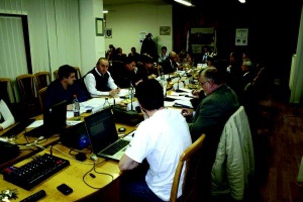 Poslanecký zbor. Novozvolení poslanci prvýkrát na riadnom zasadnutí mestského zastupiteľstva.