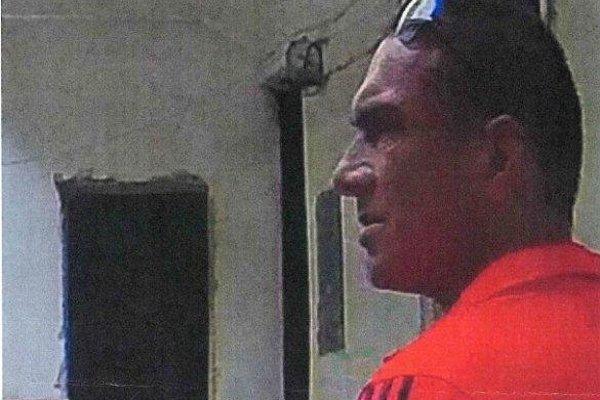 Polícia žiada verejnosť o pomoc pri stotožnení muža zachyteného na fotografii.