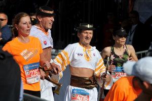 Bežci v krojoch počas 95. ročníka Medzinárodného maratónu mieru v Košiciach.
