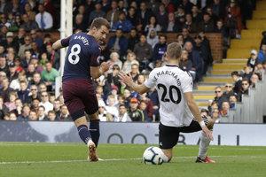 Aaron Ramsey (vľavo) dáva jeden z gólov Arsenalu do siete Fulhamu.