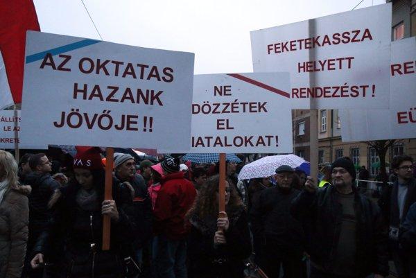 Štrajkujúci maďarskí učitelia.