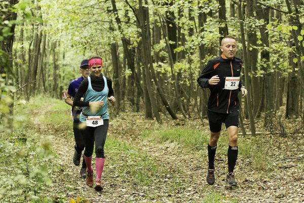 Trasa behu vedie lesom pri obci Cabaj-Čápor.