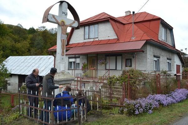 Kríž v Kolbasove opravujú.