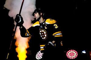 Kapitán Bostonu Bruins Zdeno Chára nastupuje na zápas proti Ottawe Senators.