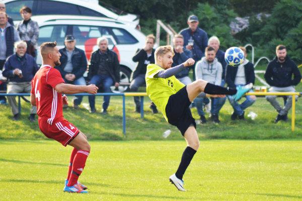 Víťazný gól Lapáša strelil Eduard Moravčík. Vľavo Roman Dobiaš.