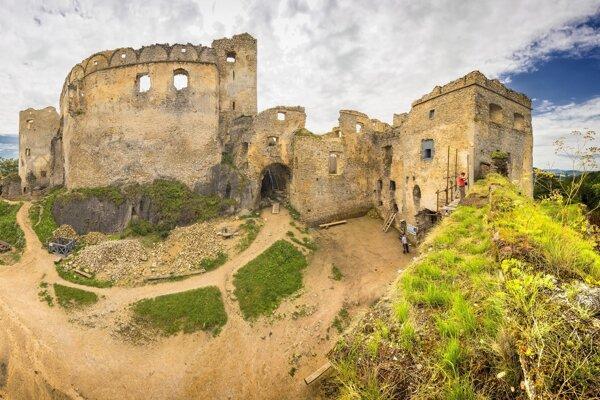 Z programu Komunitné granty získali vminulosti podporu aj nadšenci, ktorí sa snažia oživiť zrúcaninu Lietavského hradu.