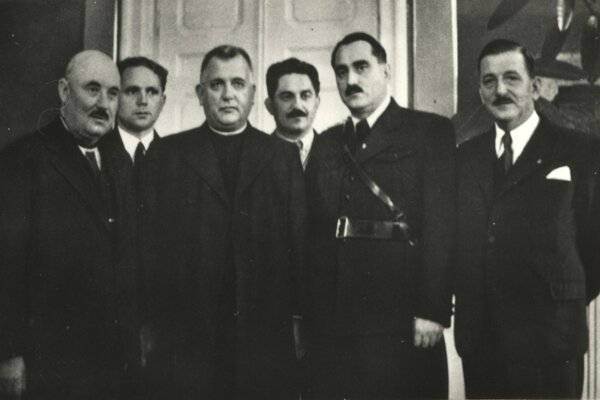 Členovia autonómnej vlády - v strede predseda vlády Jozef Tiso, vedľa neho veliteľ Hlinkovej gardy Karol Sidor, za nimi Ferdinand Ďurčanský.