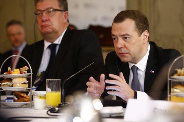 Medvedev hovoril aj o hrozbe terorizmu a príleve utečencov do Európy.