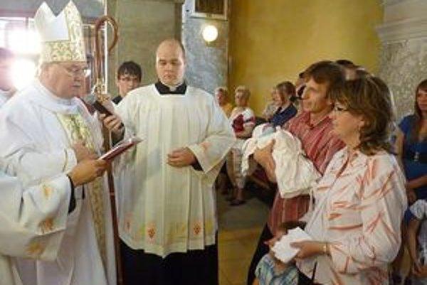 Dominika krstil biskup Tomáš Galis.