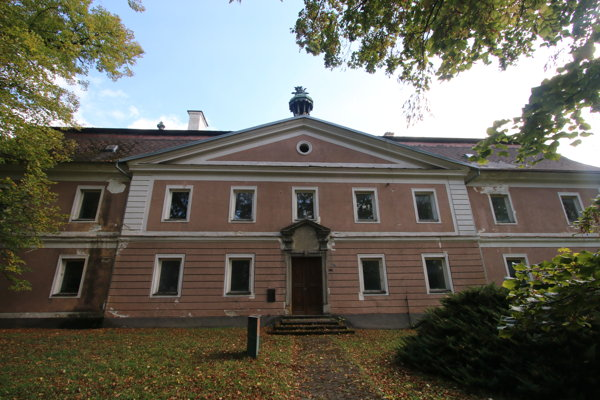 Budova prvej lesníckej školy v Uhorsku je súčasťou pamätihodností mesta Liptovský Hrádok. Informačná tabuľa hovorí, že bola dostavaná v roku 1800 najmä vďaka bohatej zbierke finančných prostriedkov, ktorú zorganizoval vtedajší prefekt a jej zakladateľ František Wisner. Po ňom Hrádočania pomenovali aj svoje hlavné námestie.