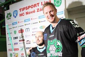 Dávid s Goliášom. Takto pózovali po víťaznom zápase proti Dukle Filip Bajtek s Tomášom Urbanom.