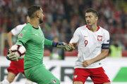 Poľský reprezentant Robert Lewandowski (vpravo) pred talianskym brankárom Gianluigim Donnarummom.