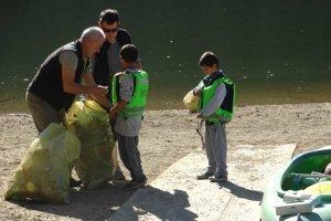 Odpad pomáhali zbierať aj deti.