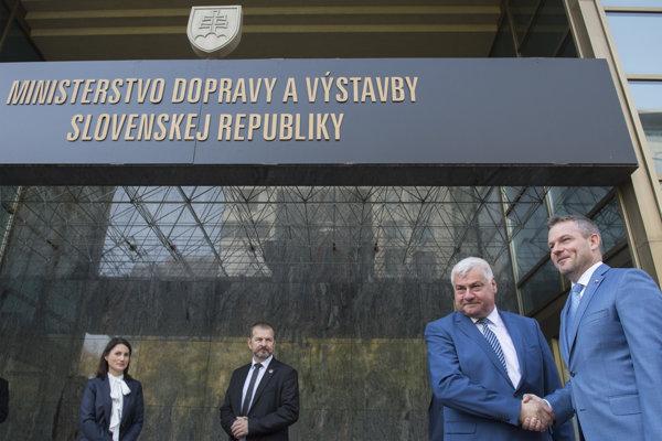 Na snímke predseda vlády SR Peter Pellegrini (vpravo) a minister dopravy a výstavby SR Árpád Érsek.