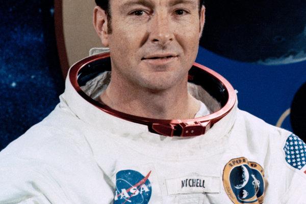 Bol šiestym mužom na Mesiaci a prvý, kto na ňom hodil oštepom.