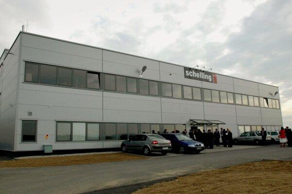 V priemyselnom parku v Kechneci pri Košiciach 4. mája 2007 slávnostne otvorili závod firmy Schelling.