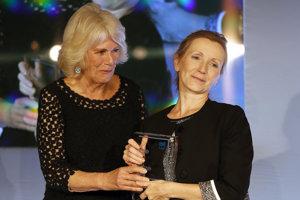 Camilla, vojvodkyňa z Cornwallu (vľavo), odovzdáva Man Bookerovu cenu víťazke Anne Burnsovej.