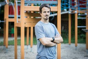 Matej Štepita (36) vyštudoval psychológiu na Univerzite Komenského v Bratislave. Pracoval v centre pre obete domáceho násilia, v detskom domove aj v škole. Osem rokov viedol projekt pre rodiny s deťmi s hyperaktivitou, poruchami pozornosti a správania. Momentálne pôsobí ako psychológ na voľnej nohe. Venuje sa rodinám, dospelým aj mladým ľuďom a vzdeláva v témach ADHD a ADD. Spolu s kolegami aj so svojím otcom organizuje pobyty v prírode pre rodiny alebo pre dvojice otec a syn.