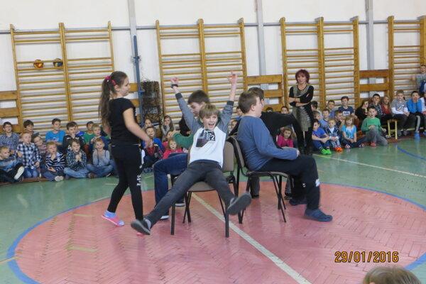Zábavu deťom v škole pripravili učiteľky so školníkom