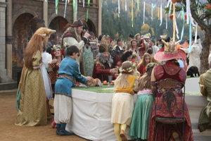 Kráľ Ivan Romančík medzi svadobčanmi.