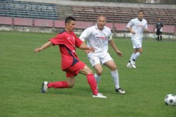 Ondrička (v bielom) prispel k výhre Ravenu v Pohári ZsFZ nad Šúrovcami 4:1 dvoma gólmi.