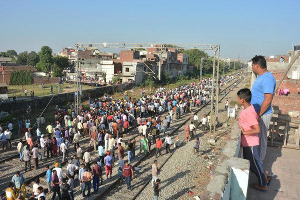 Náraz vlaku do davu v Indii neprežilo viac ako 60 ľudí