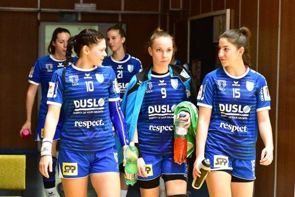 V popredí zľava K. Pócsíková, B. Königová a N. Ušiaková, vzadu I. Bahýlová a N. Némethová.