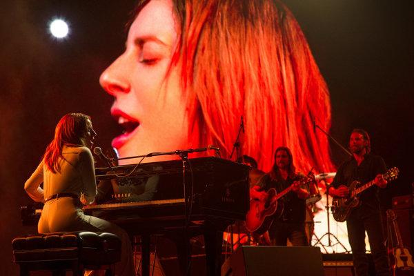 Lady Gaga nechala, nech do filmu Zrodila sa hviezda vpíšu jej príbeh.