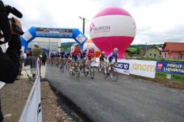 Na štarte pretekov v Dohňanoch bolo sto cyklistov.