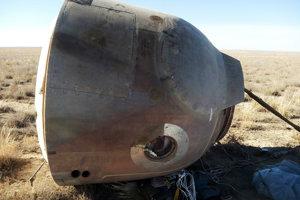 Rusko sa už zhruba sedem rokov zápasí s vážnym poruchami kozmickej techniky, ktoré naposledy skoro stáli život dvojčlennú posádku rakety Sojuz, ktorá kvôli technickej poruche musela núdzovo pristáť. a snímke kabína Sojuz MS-10 po núdzovom pristátí v kazašskej stepi neďaleko mesta Žezkangan