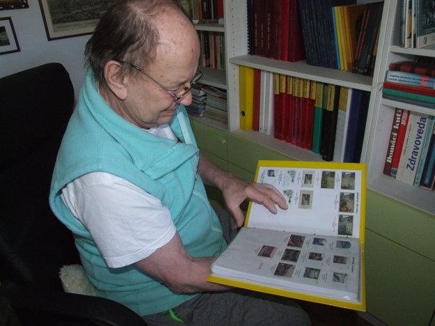 Marián Pavúk doma vlastní stovky starých pohľadníc.