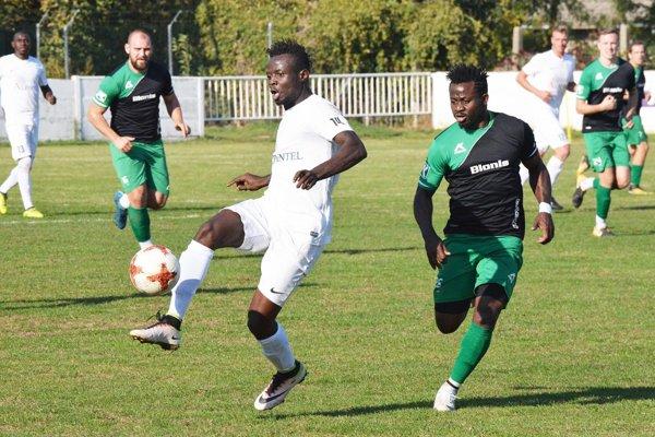 Futbalisti Nededu (v zeleno-čiernom) získali na ihriskách súperov už 11 bodov, čo je najviac zo všetkých tímov.
