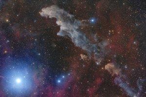 Najjasnejšia hviezda súhviezdia Oriónn, Rigel, a hmlovina IC 2118.