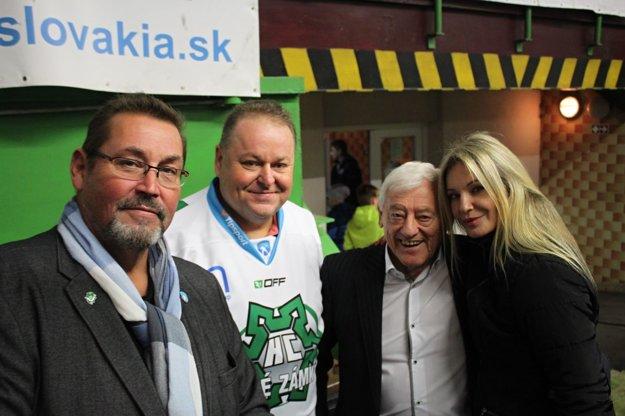 Zľava: manažér MHC Nové Zámky Michal Tóth, prezident klubu František Sucharda, žijúca legenda slovenského hokeja Jozef Golonka a speváčka Marcela Molnárová.