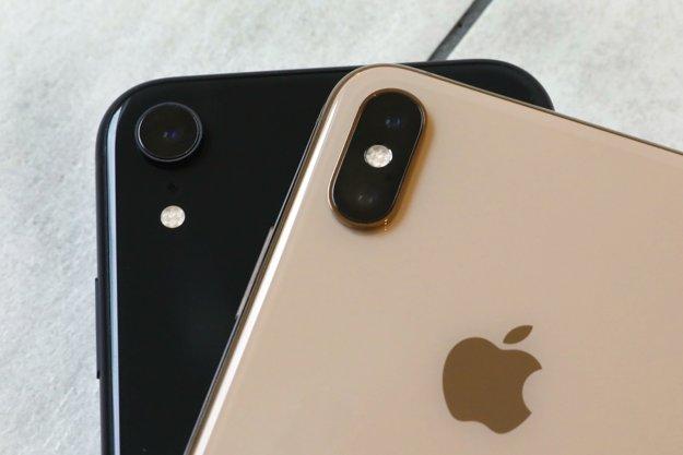 Vľavo: Zadný fotoaparát modelu XR s jedným objektívom. Vpravo: Zadný fotoaparát modelu XS Max s dvomi objektívmi.