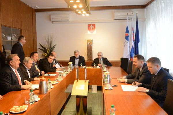 V sídle Slovenskej obchodnej komory sa premiér Robert Fico a podpredseda vlády a minister financií Peter Kažimír stretol s predstaviteľmi komory.