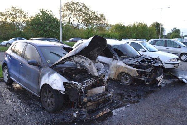 Dve zo zhorených vozidiel.