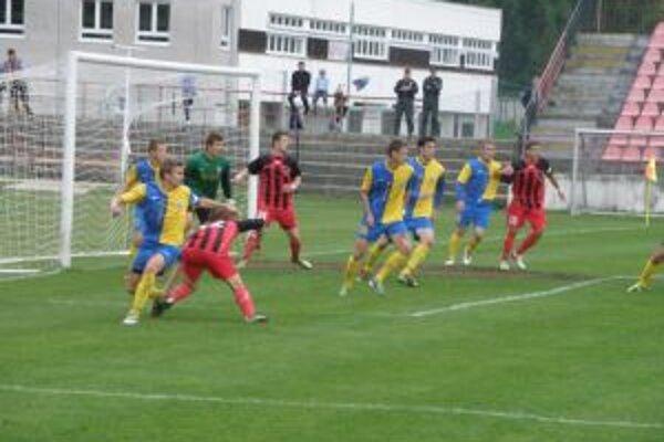 Ani Matej Loduha (v červenom) sa nedokázal v závere presadiť pred bránou Michaloviec.