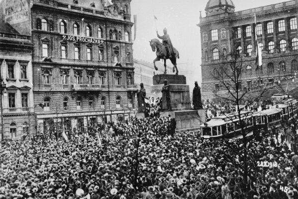 Pražania pri soche svätého Václava oslavujú 28. októbra 1918 vznik Československej republiky.