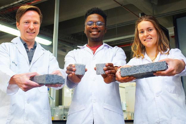 Prvú biotehlu z ľudského moču predstavili na univerzite v Kapskom Meste. Zľava vedci: Dyllon Randall,  Vukheta Mukhari a Suzanne Lambertová.
