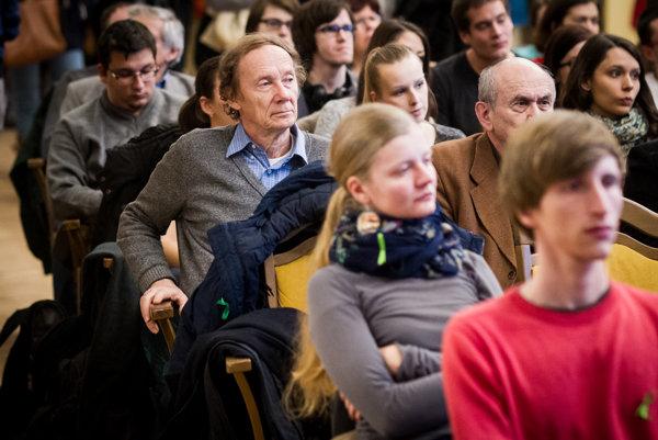 Alexander Lux (vľavo) na zhromaždení pedagógov, zamestnancov a študentov slovenských vysokých škôl Za svoju budúcnosť zodpovedáme sami.