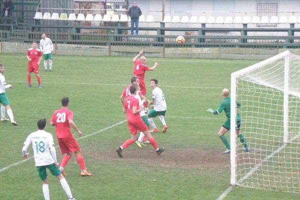 Lopta letí do siete Považanov. Bol to gól, ktorý znamenal prvé víťazstvo pre FKM v sezóne.