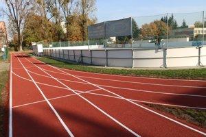Nová tartanová bežecká dráha poslúži aj verejnosti.