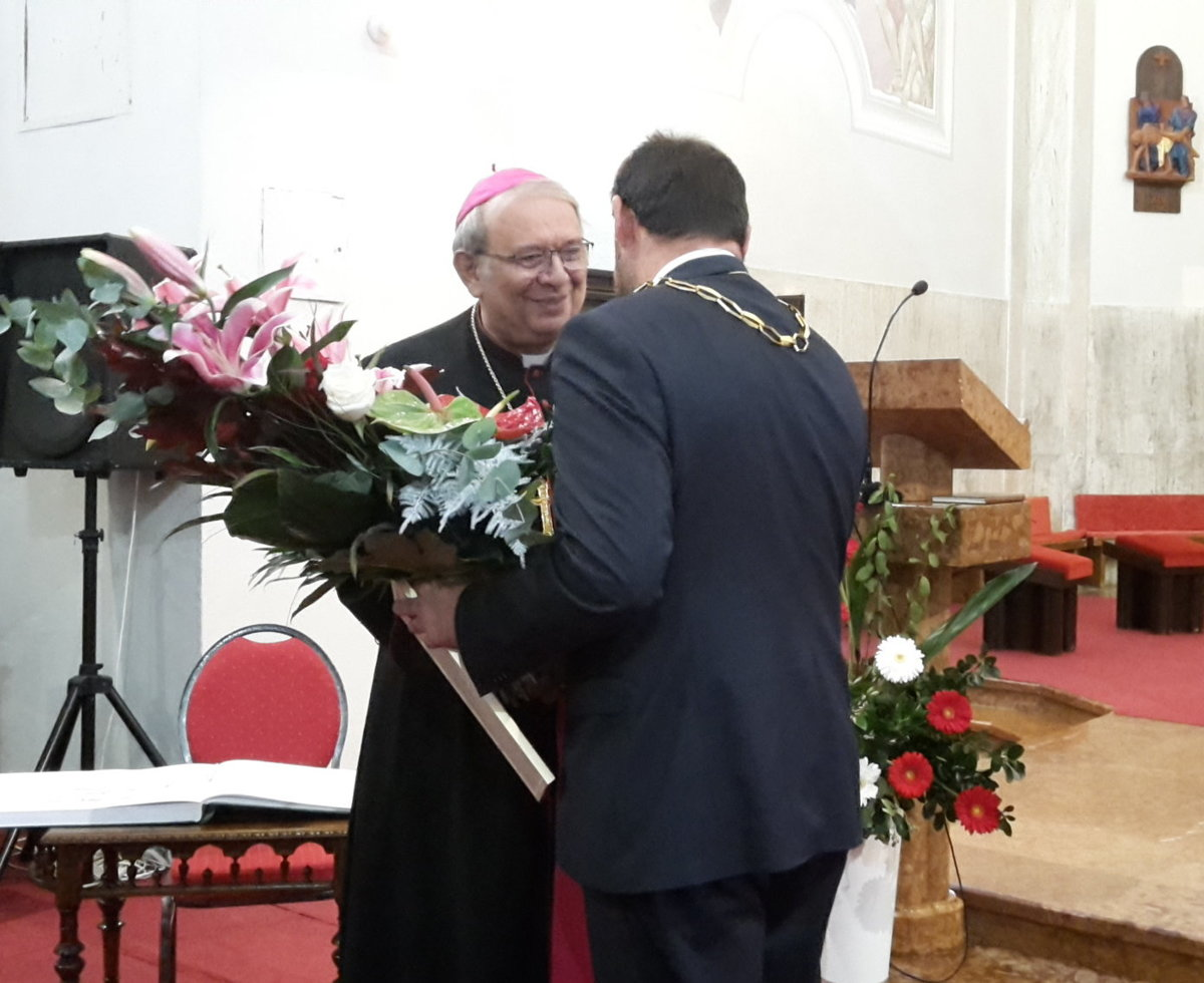 1bbd40000a2ef Arcibiskup Orosch získal ocenenie Čestný občan mesta - SME   MY Nové ...