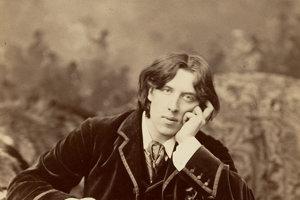Oscar Wilde (1854 –  1900) írsky dramatik, prozaik a básnik neočaroval mužným zjavom ani súmernou tvárou, ale ako dandy, elegán a výstredník.