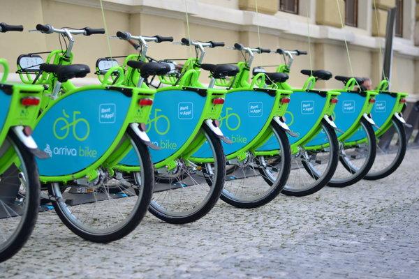 Stanovisko zdieľaných bicyklov na Svätoplukovom námestí.