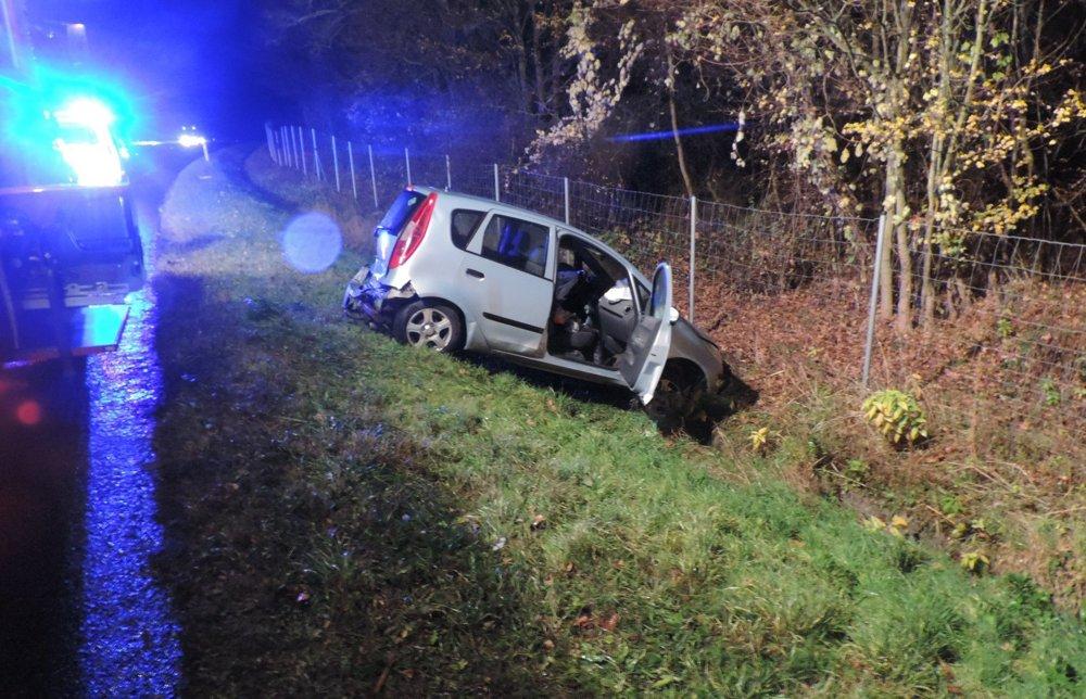 7c5b085ad20 Nočná nehoda na R1. Žena vypadla z auta - fotogaléria - myziar.sme ...