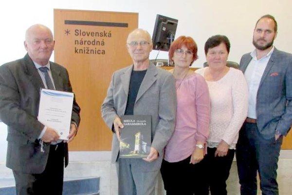 Autorský tím a predseda OZ Mikulčan Pavol Ivan (vľavo) na odovzdávaní ocenení.